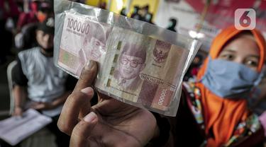 FOTO: Warga Tangerang Antre Terima Bantuan Sosial Tunai
