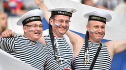 Pendukung Rusia menggunakan baju angkatan laut saat menyaksikan laga Grup B Piala Eropa 2016 antara Inggris melawan Rusia di Stade Velodrome, Marseille, Paris, Sabtu (11/6/2016). (AFP/Bertrand Langlois)