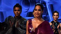 Aktris Bollywood Lisa Haydon berjalan di catwalk membawakan busana rancangan  desainer Amit Aggrawal selama  Lakme Fashion Week (LFW) Winter Festive 2019 di Mumbai (21/8/2019). (AFP Photo/Jaiswal)