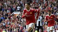 Ekspresi kegembiraan bintang Manchester United, Cristiano Ronaldo, setelah menjebol gawang Newcastle United pada lanjutan Liga Inggris di Old Trafford, Sabtu (11/9/2021). (AP Photo/Rui Vieira)