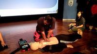 Pelatihan pertolongan CPR menggunakan alat AED pada Kamis (14/9/2017).