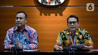 Plt Jubir KPK Ali Fikri (kanan) bersama Ketua KPK Firli Bahuri menyampaikan keterangan terkait pengembangan kasus proyek jalan Bengkalis di Gedung KPK, Jakarta, Jumat (17/1/2020). Proyek jalan Bengkalis juga ikut menjerat Bupati Amril Mukminin. (merdeka.com/Dwi Narwoko)
