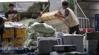 Pekerja tengah menurunkan paket pengiriman barang di Bandara Soekarno Hatta, Tangerang, Jumat (13/11). PT Angkasa Pura II (Persero) akan membangun cargo village atau kawasan khusus kargo di dalam kompleks Bandara Soekarno-Hatta (Liputan6.com/Angga Yuniar)