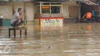 Warga terjebak banjir di jalan Merpati Raya kota,Tangerang Selatan, Selasa (21/2). Intensitas curah hujan yang tinggi di sertai buruknya Drainase menyebabkan banjir 50-100 cm di kawasan tersebut. (Liputan6.com/Helmi Afandi)