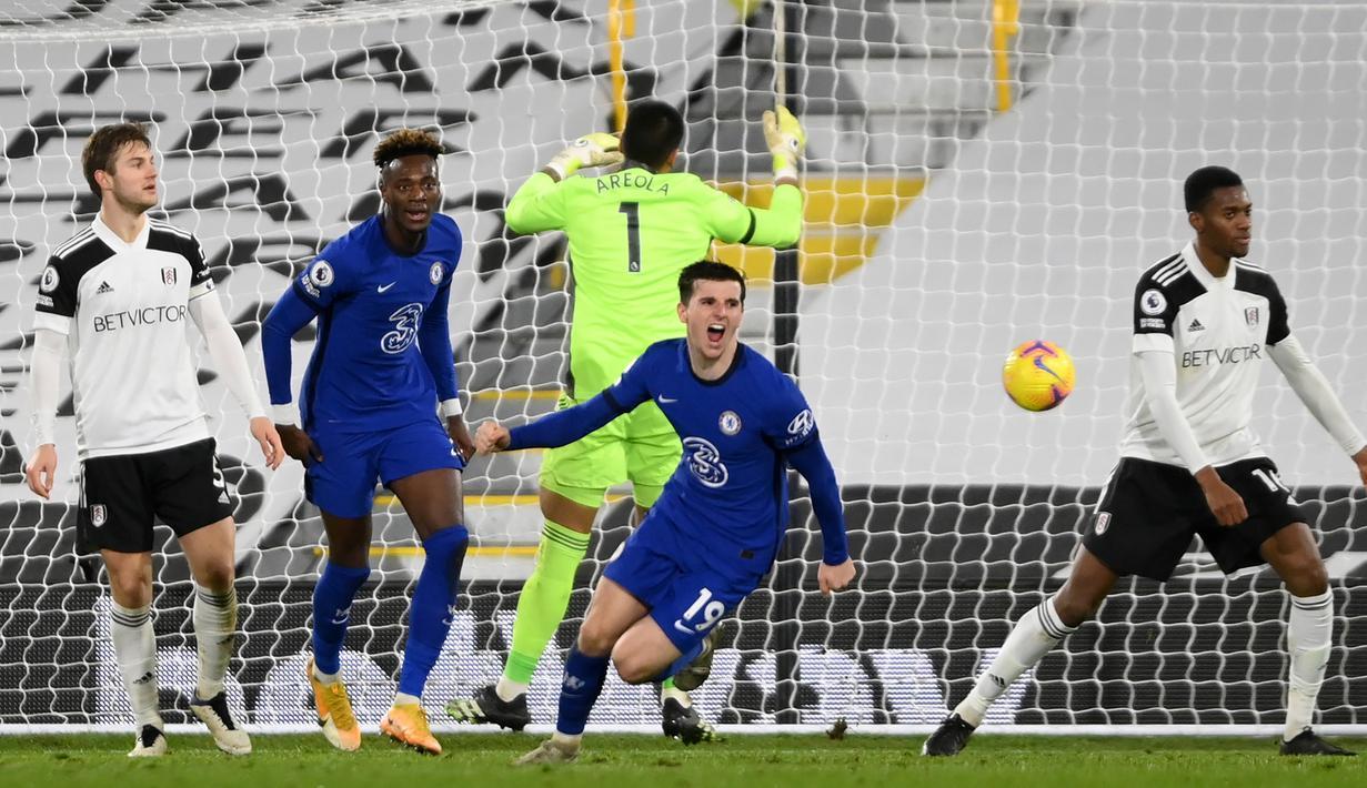 Gelandang Chelsea, Mason Mount (tengah) melakukan selebrasi usai mencetak gol ke gawang Fulham dalam laga lanjutan Liga Inggris 2020/21 pekan ke-18 di Craven Cottage, Sabtu (16/1/2021). Chelsea menang 1-0 atas Fulham. (AFP/Mike Hewitt/Pool)