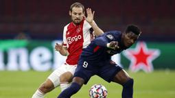 Bek Ajax, Daley Blind (kiri), berebut bola dengan Striker FC Midtjylland, Sory Kaba dalam laga lanjutan Liga Champions 2020/21 Grup D di Johan Cruijff Stadium, Amsterdam, Kamis (26/11/2020). Ajax menang 3-1 atas FC Midtjylland. (AFP/Maurice Van Steen/ANP)