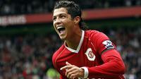 3. Cristiano Ronaldo, pemain fenomenal asal Portugal ini sukses mencetak 118 gol dari 292 penampilan bersama MU. Namun dirinya hijrah ke Real Madrid pada tahun 2009 dengan harga 80 juta poundsterling. (AFP/Andrew Yates)