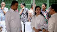 Menko PMK Puan Maharani (kedua kiri) dan Mendikbud Anies Baswedan saat pembagian Kartu Indonesia Sehat (KIS), Kartu Indonesia Pintar dan Kartu Keluarga Sejahtera (KKS) kepada warga di Penjaringan, Jakarta, Rabu (13/5). (Liputan6.com/Faizal Fanani)