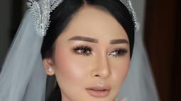 Dalam foto tersebut, Mutia Ayu tampak cantik dengan balutan kebaya putih lengan panjang. (Liputan6.com/IG/@mutia_ayuu)