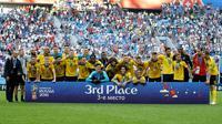 Para peman timnas Belgia berpose setelah pertandingan memperebutkan juara tiga Piala Dunia 2018 melawan Inggris di Stadion St. Petersburg di St. Petersburg, Rusia, (14/7). Belgia menang 2-0 atas Inggris. (AP Photo / Natacha Pisarenko)