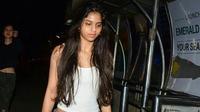 Paras cantik gadis berusia 17 tahun ini memang tak diragukan lagi. Tak heran jika apapun yang dilakukan Suhana di media sosial selalu menjadi daya tarik orang-orang yang melihatnya. (Instagram/suhana_khan3)