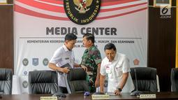 Menko Polhukam Wiranto (kanan) dan Panglima TNI Marsekal Hadi Tjahjanto (tengah) bersiap memberi keterangan usai rapat koordinasi tertutup di Kantor Kemenko Polhukam, Jakarta, Selasa (24/9/2019). Ada tiga isu nasional yang dibahas dalam rapat tersebut. (Liputan6.com/Faizal Fanani)