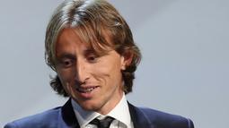 Gelandang Real Madrid asal Kroasia, Luka Modric saat menerima piala pemain terbaik UEFA di The Grimaldi Forum di Monaco, (30/8). Modric berhak atas gelar Pemain Terbaik UEFA dengan mengoleksi 313 poin. (AFP Photo/Valery Hache)