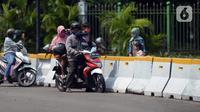 Warga berada di depan pagar Monumen Nasional (Monas), Jakarta, Sabtu (15/5/2021). Warga kecewa lantaran tempat wisata tersebut ditutup, padahal mereka datang untuk menikmati libur Idul Fitri 1442 Hijriah. (merdeka.com/Imam Buhori)