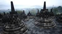 Stupa-stupa Budha terlihat di candi Borobudur di Magelang, Jawa Tengah, Indonesia 10 Mei 2016. Menurut Kepala Balai Konservasi Borobudur Marsis Sutopo untuk mengajukan arsip sebagai Memory of the World tidak bisa tunggal. (AFP Photo/Goh Chai Hin)