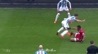 Jordan Ayew dikartu merah oleh wasit saat Swansea hadapi Huddersfield. This video is presented by Ballball.