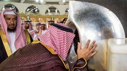 Putra Mahkota Arab Saudi Mohammed bin Salman mencium Hajar Aswad saat meninjau Masjidil Haram di Mekah, Arab Saudi, Selasa (12/2). Perluasan Masjidil Haram dilakukan untuk mewujudkan Visi Arab Saudi 2030. (BANDAR AL-JALOUD/SAUDI ROYAL PALACE/AFP)