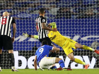 Striker Brighton and Hove Albion, Neal Maupay (tengah) mencetak gol ketiga timnya ke gawang Newcastle United dalam laga lanjutan Liga Inggris 2020/2021 pekan ke-29 di Falmer Stadium, Brighton, Sabtu (20/3/2021). Brighton menang 3-0 atas Newcastle United. (AP/Clive Rose/Pool)