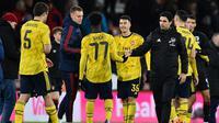 Manajer Arsenal, Mikel Arteta (kanan), memberikan ucapan selamat kepada anak asuhnya yang berhasil meraih kemenangan 2-1 atas Bournemouth pada laga babak keempat Piala FA, di Vitality Stadium, Senin (27/1/2020). (AFP/Glyn Kirk)