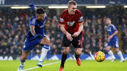 Pemain Chelsea, Kenedy (kiri) berebut bola dengan pemain  West Bromwich Albion, Darren Fletcher (kanan) pada lanjutan Liga Premier Inggris di Stadion Stamford Bridge, Chelsea, Kamis (14/1/2016) dini hari WIB. (EPA/Sean Dempsey)