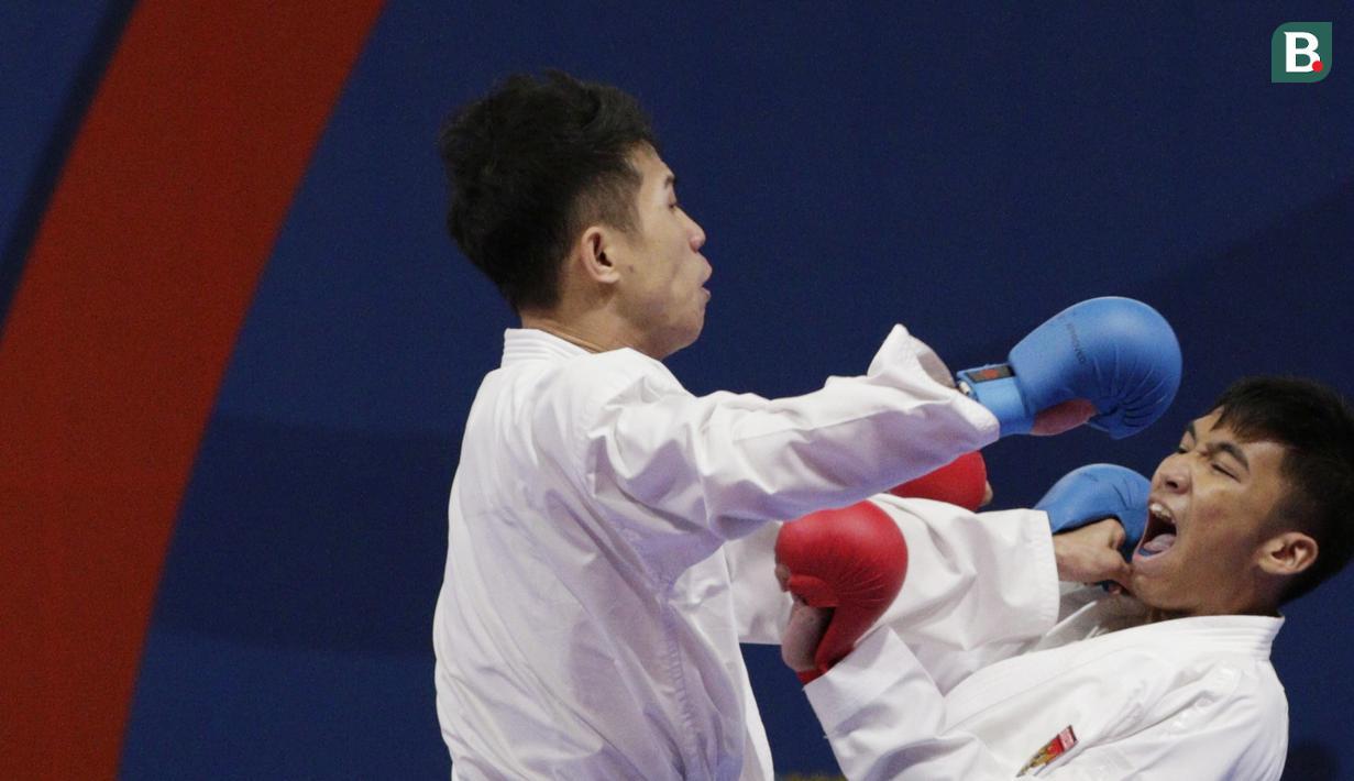Karateka Indonesia, Rifki Ardiansyah, saat melawan karateka Vietnam, Nguyen Tahnh Duy, pada final kumite -60 kg putra SEA Games 2019 di World Trade Center, Manila, Minggu (8/12). Rifky meraih perak setelah kalah 1-2. (Bola.com/M Iqbal Ichsan)