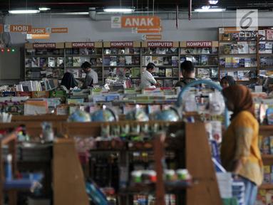 Pengunjung memilih buku di pasar buku Jakbook di Pasar Kenari, Jakarta Pusat, Selasa (30/4/2019). Pasar buku itu merupakan pasar buku pertama di Jakarta yang didirikan untuk menyediakan buku-buku berharga yang murah alias terjangkau dan dikelola PD Pasar Jaya. (merdeka.com/Iqbal S. Nugroho)