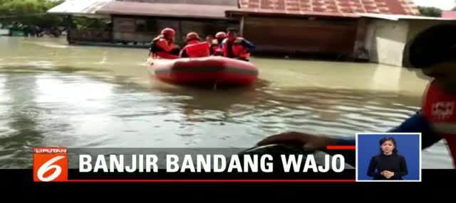 Tim Basarnas terus memantau kondisi warga Wajo, baik yang masih bertahan di rumah mereka yang terendam banjir maupun yang berada di pengungsian.
