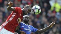Pemain Manchester United, Paul Pogba (kiri) berduel dengan pemain Chelsea, N'Golo Kante pada lanjutan Premier League di  Old Trafford stadium, Manchester, (16/4/2017). Manchester United menang 2-0. (AP/ Rui Vieira)