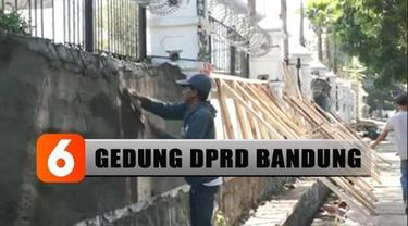 Hingga Selasa siang, perbaikan gedung wakil rakyat Jawa Barat masih dilakukan. Tembok pagar gedung DPRD ini dijebol massa yang mencoba memaksa masuk.