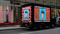 Sebuah truk yang diparkir di luar rumah lelang Christie menampilkan seni digital CryptoPunk non-fungible token (NFT) di papan reklame elektronik pada 11 Mei 2021 di New York City. Dia Dipasupil/Getty Images/AFP