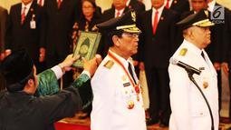 Sri Sultan Hamengku Buwono X (tengah) dan KGPAA Paku Alam IX (kanan) saat disumpah pada pelantikan Gubernur DIY dan Wakil Gubernur DIY periode 2017-2022 di Istana Negara, Jakarta, Selasa (10/10). (Liputan6.com/Angga Yuniar)