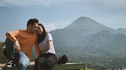 Pemandangan gunung dan langit yang sangat indah menjadi latar belakang kemesraan pasangan ini. Asmirandah yang menggunakan Baju berwarna putih terlihat menyandarkan kepala di bahu Jonas Rivanno. Keduanya tampak menikmati suasana alam pegunungan yang cerah. (Liputan6.com/IG/@asmirandah89)