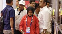 Atlet Judo Indonesia, Miftahul Jannah, meninggalkan lokasi pertandingan usai gagal berlaga pada Asian Para Games di Jiexpo, Kemayoran, Jakarta, Senin (8/10/2018). Miftah didiskualifikasi karena enggan melepas hijab nya. (Bola.com/M Iqbal Ichsan)