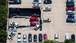 Kondisi sebuah tempat parkir dua lantai yang runtuh di Irving, Texas, Selasa (31/7). Tim penyelamat dan K-9 memastikan tidak ada orang yang berada dalam mobil saat kejadian berlangsung. (Ashley Landis/The Dallas Morning News via AP)