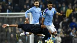 Gelandang Manchester City, Riyad Mahrez, berebut bola dengan pemain Everton, Djibril Sidibe, pada laga Premier League di Stadion Etihad, Rabu (1/1/2020). Manchester City menang 2-1 atas Everton. (AP/Rui Vieira)