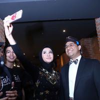 Hari Pendidikan Nasional (Hardiknas), yang jatuh tanggal 2 Mei, Laudya Cynthia Bella menyempatkan berfoto bersama Menteri Pendidikan dan Kebudayaan Anies Baswedan. (Nurwahyunan/Bintang.com)