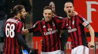 Pemain AC Milan, Giacomo Bonaventura berselebrasi dengan timnya setelah mencetak gol ke gawang Sampdoria dalam lanjutan pertandingan Serie A di San Siro, Minggu (18/2). AC Milan menundukkan tamunya Sampdoria dengan skor tipis 1-0. (AP/Antonio Calanni)