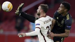 Penyerang AS Roma, Borja Mayoral berebut bola dengan bek Ajax Jurrien Timber pada pertandingan leg pertama perempat final Liga Europa di Johan Cruyff ArenA di Amsterdam, Belanda, Jumat (9/4/2021). AS Roma menang 2-1 atas Ajax. (AP Photo/Peter Dejong)