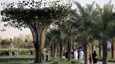 Pohon panel surya terlihat di Quranic Park, Dubai,Uni Emirat Arab, 6 April 2019. Quranic Park merupakan taman Alquran pertama di dunia. (REUTERS/Satish Kumar)