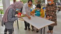 Kementerian Perhubungan melalui Dharma Wanita Persatuan Kementerian Perhubungan kembali menggelar kerjasama dengan Dewan Kerajinan Nasional (Dekranas) dengan menyelenggarakan pelatihan teknik membatik dengan tamarin atau bubuk asam jawa. (Dok Kemenhub)