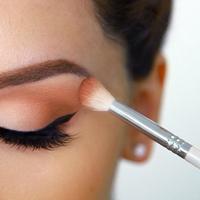 Ilustrasi memakai eyeshadow. (purewow.com)