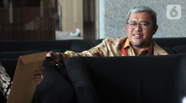 Mantan Gubernur Jawa Barat Ahmad Heryawan (Aher) menunggu panggilan penyidik akan menjalani pemeriksaan di Gedung KPK, Jakarta, Jumat (4/10/2019). Aher diperiksa sebagai saksi untuk tersangka Sekretaris Daerah (Sekda) Jawa Barat Iwa Karniwa. (merdeka.com/Dwi Narwoko)