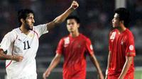 Selebrasi gol pemain Bahrain Ismaeel Abdullatif Ismaeel (kiri) ke gawang Indonesia di laga kualifikasi PD 2014 Zona Asia ronde ketiga di Stadion GBK, Jakarta, 6 September 2011. Bahrain unggul 2-0. AFP PHOTO / Bay ISMOYO
