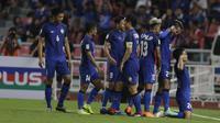 Para pemain Thailand merayakan gol yang dicetak Korakod Wiriyaudomsidi ke gawang Timnas Indonesia pada laga Piala AFF 2018 di Stadion Rajamangala, Bangkok, Sabtu (17/11). Thailand menang 4-2 dari Indonesia. (Bola.com/M. Iqbal Ichsan)