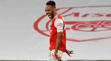 Penyerang Arsenal, Pierre-Emerick Aubameyang berselebrasi usai mencetak gol kedua ke gawang Manchester City pada pertandingan semifinal Piala FA di Wembley di London, Inggris, Sabtu, (18/7/2020). Arsenal menang 2-0 atas City.  (AP Photo/Justin Tallis, Pool)