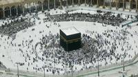 Umat Muslim berdoa di sekitar Kakbah Masjid al-Haram, Makkah, Arab Saudi, Rabu (4/3/2020). Pelarangan sementara ibadah umrah dilakukan untuk mencegah meluasnya penyebaran virus corona. (AP Photo/Amr Nabil)