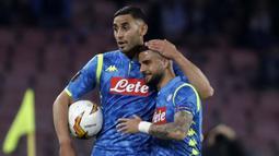 Pemain Napoli, Faouzi Ghoulam dan Lorenzo Insigne usai ditaklukkan Arsenal pada laga leg kedua perempat final Liga Europa di Stadio San Paolo, Kamis (18/4/2019). Napoli takluk 0-1 dari Arsenal. (AP/Luca Bruno)
