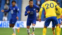 Winger Chelsea, Hakim Ziyech, dipastikan absen pada laga perdana timnya di Premier League musim ini akibat cedera lutut. (AFP/Glyn Kirk).
