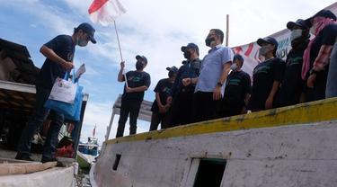 Relawan Kawan Sandi membagikan sembako untuk warga Makassar. (Istimewa)