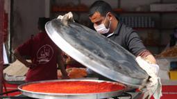 Warga membuat penganan manis tradisional yang dikenal dengan nama Qatayef di Kota Rafah, Jalur Gaza, Palestina, Senin (27/4/2020). Qatayef dapat diisi dengan krim atau kacang. (Xinhua/Khaled Omar)